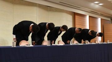 La delegación japonesa de baloncesto, pidiendo disculpas