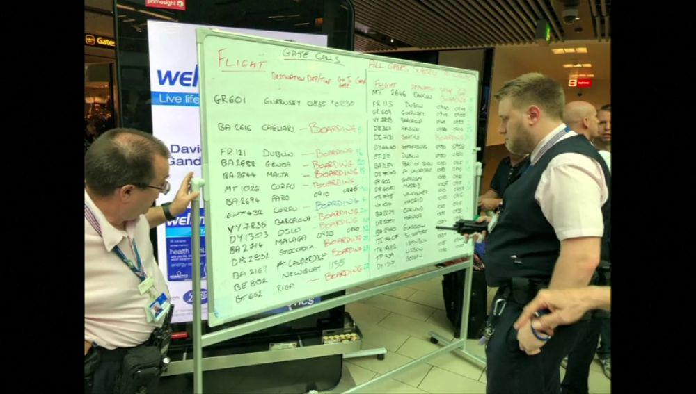 El aeropuerto de Gatwick anuncia  por medio de una pizarra manual las salidas y llegadas de sus vuelos