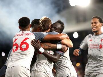 Los jugadores del Liverpool celebran el gol de Mané contra el Crystal Palace