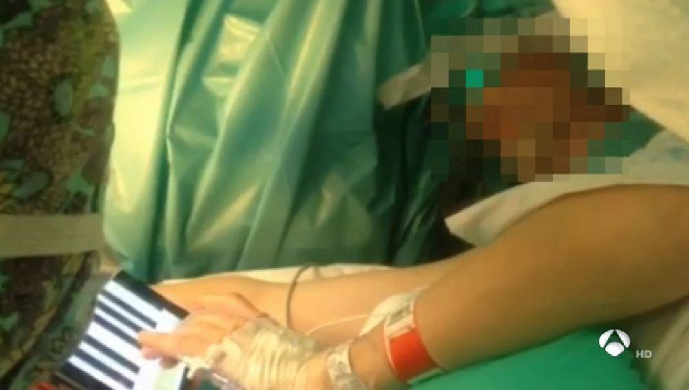 Un paciente en A Coruña es operado del cerebro mientras toca el piano