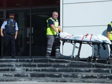"""Antena 3 Noticias 1 (20-08-18) Abatido un hombre al acceder con un arma blanca a la comisaría de los Mossos en Cornellà al grito de """"Alá es grande"""""""