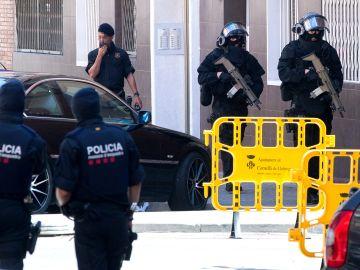 Los Mossos d'Esquadra entran para efectuar un registro en el edificio donde vivía el que hombre ha sido abatido al intentar acceder en la comisaría de los Mossos en Cornellà