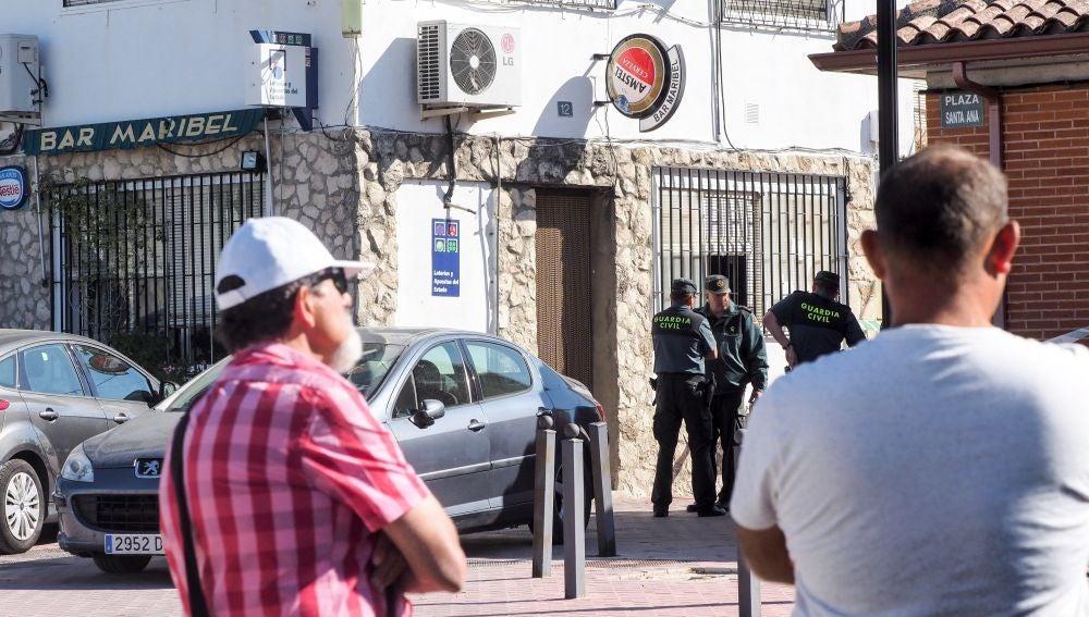 Agentes de la Guardia Civil ante el bar de la localidad vallisoletana de Castrillo-Tejeriego