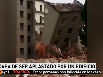 Un hombre se salva de un edificio que se derrumba delante de él