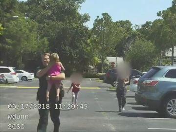 La Policía de Florida convierte un rescate real a un menor olvidado en un coche en un anuncio