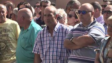 Concentración silenciosa ante el Ayuntamiento de Llanes en memoria del concejal de Izquierda Unida asesinado la semana pasada