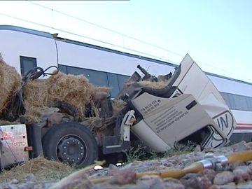 Un tren arrolla a un camión y deja varios heridos en Málaga