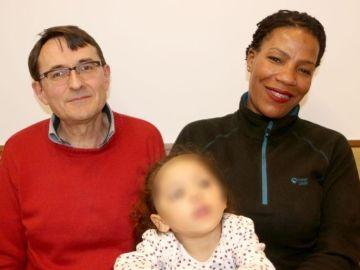 La pequeña Juana Manuela junto a sus padres