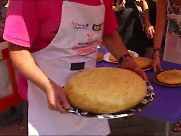Cientos de bilbaínos participan en el Concurso de Tortilla de Aste Nagusia