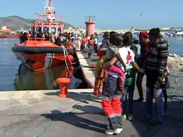 Inmigrantes llegan con Salvamento Marítimo