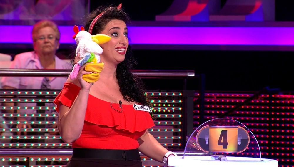Una concursante de '¡Ahora Caigo!' le ha encontrado novio a la gallina del programa