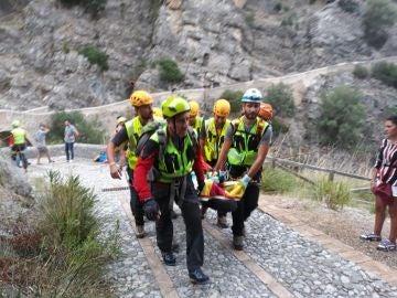 Miembros de los servicios de rescate retiran en camilla a un excursionista afectado por las inundaciones en la Garganta de Raganello en Civita