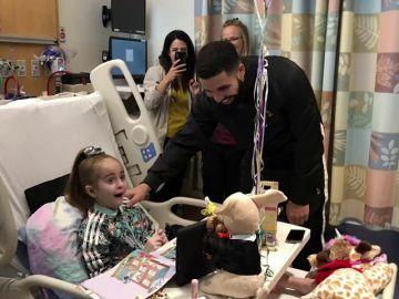 El rapero canadiense Drake visita por sorpresa a una niña hospitalizada