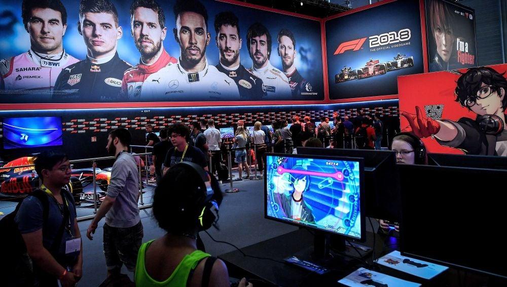 Varios asistentes prueban un videojuego durante la jornada inaugural de la feria Gamescom