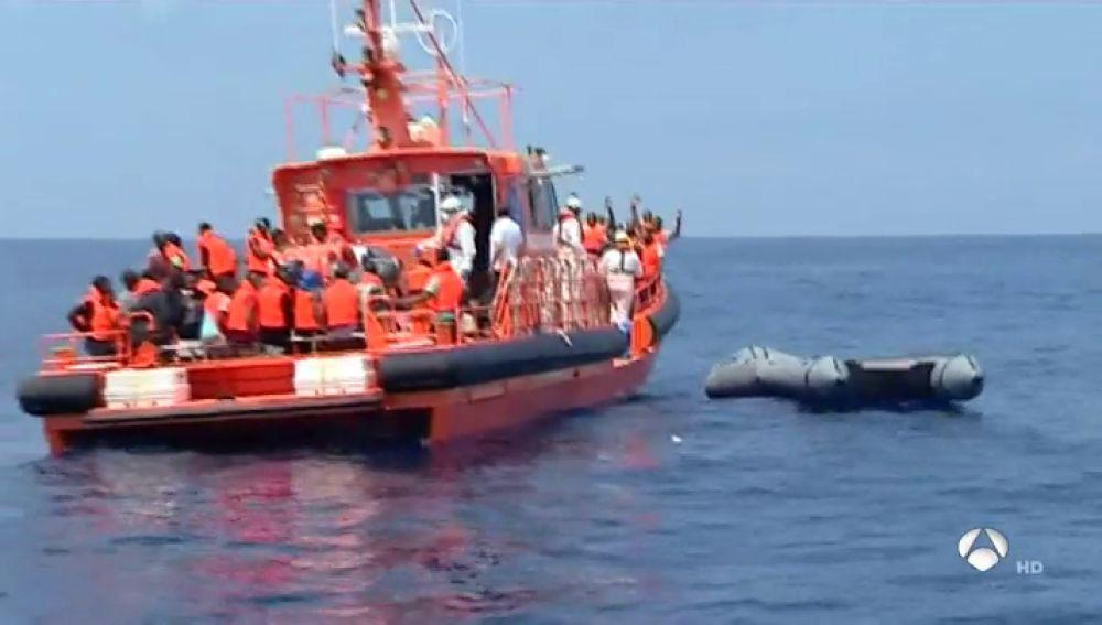 Así trabajan los agentes de la Guardia Civil en busca de pateras en el Estrecho