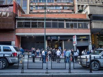 Un grupo de personas permanece en la calle luego de que se registrara un sismo