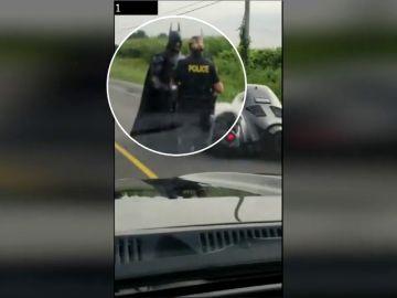 Detienen a 'Batman' con su 'Batmóvil' en una carretera muy transitada de Canadá