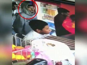 La cámara de seguridad le pilla robando una cartera y la devuelve