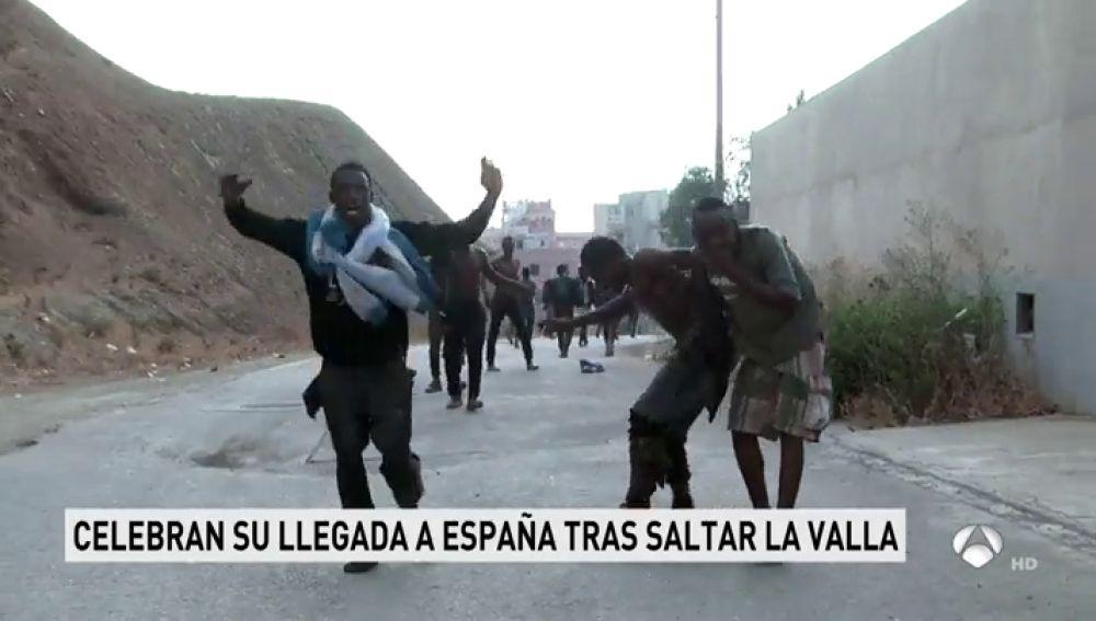 REEMPLAZO   Siete guardias civiles resultan heridos por quemaduras al recibir cal viva y ácido en un nuevo salto masivo a la valla de Ceuta