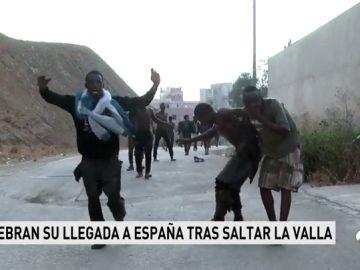 REEMPLAZO | Siete guardias civiles resultan heridos por quemaduras al recibir cal viva y ácido en un nuevo salto masivo a la valla de Ceuta