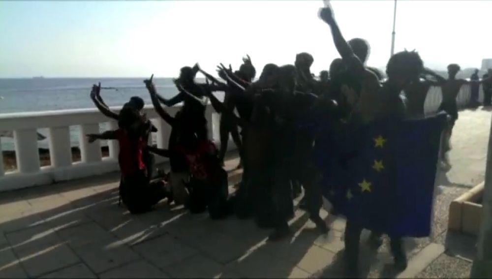 Siete guardias civiles resultan heridos por quemaduras al recibir cal viva y ácido en un nuevo salto masivo a la valla de Ceuta