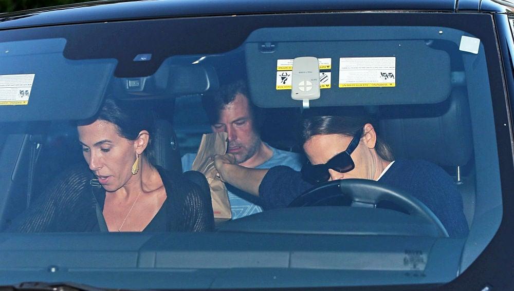 Ben Affleck camino al centro de rehabilitación con Jennifer Garner