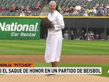 La monja Mary Jo Sobieck: tremenda su habilidad con la bola en un saque de honor en béisbol