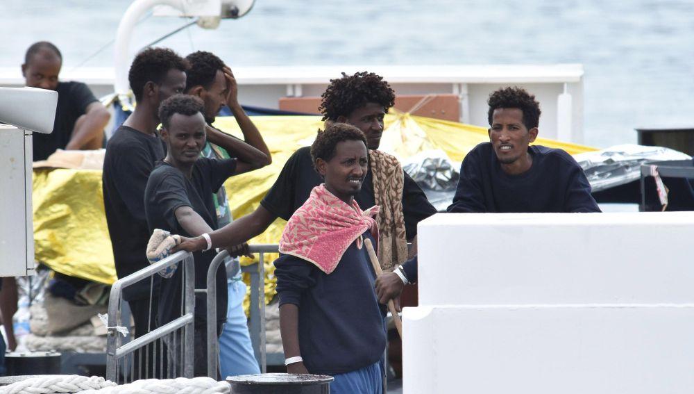 Varios inmigrantes esperan permiso para desembarcar