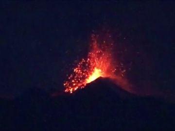 El monte Etna ruge de nuevo con ríos de lava y columnas de humo y ceniza