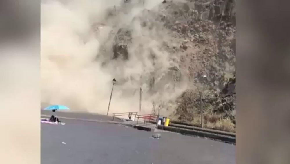 Varios bañistas graban desprendimientos en la playa de Mesa del Mar, en Tenerife