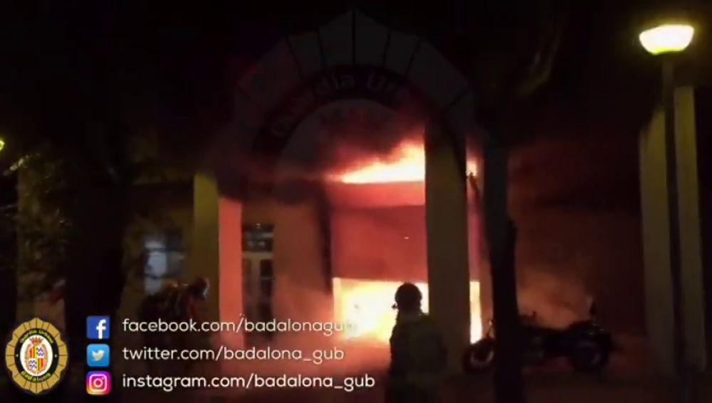 Extinguen un incendio en los bajos de un edificio de Badalona