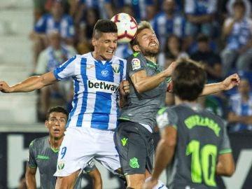 Guido Carrillo e Illarramendi disputan el balón aéreo