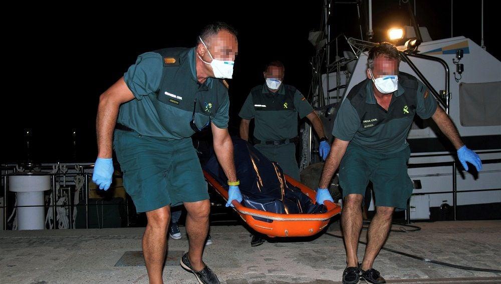 Trasladan a Motril el cadáver de un migrante encontrado cerca de Alborán