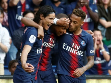 Cavani, Mbappe y Neymar celebran un gol
