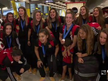 La selección femenina sub 20, recibida en el aeropuerto Adolfo Suárez al grito de '¡campeonas!'