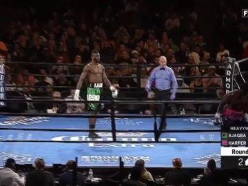 Curtis Harper abandona el ring apenas suena la campana