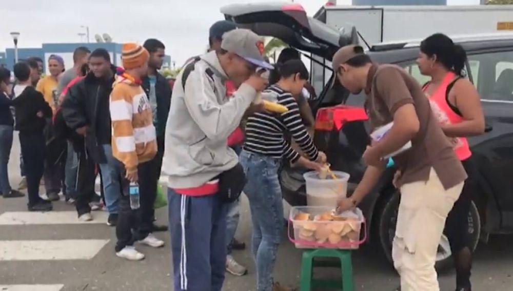 Miles de venezolanos entran a Perú antes de que se les exija el pasaporte mientras que Ecuador anula este requisito durante 45 días