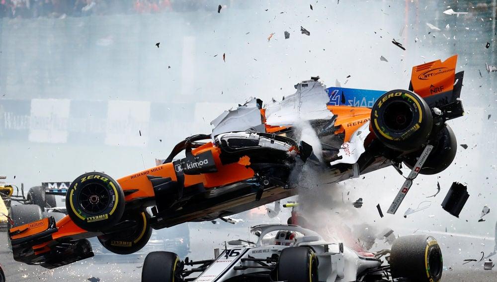 El McLaren de Fernando Alonso sale volando en Spa