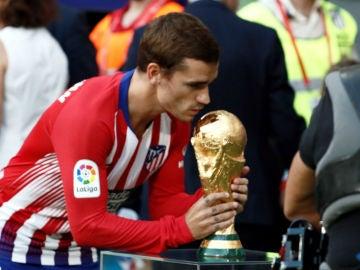 Griezmann besa el Mundial con la camiseta del Atlético