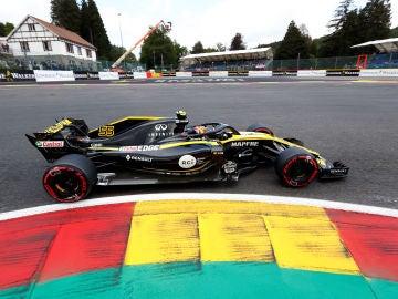 Carlos Sainz, rodando con su Renault en Spa