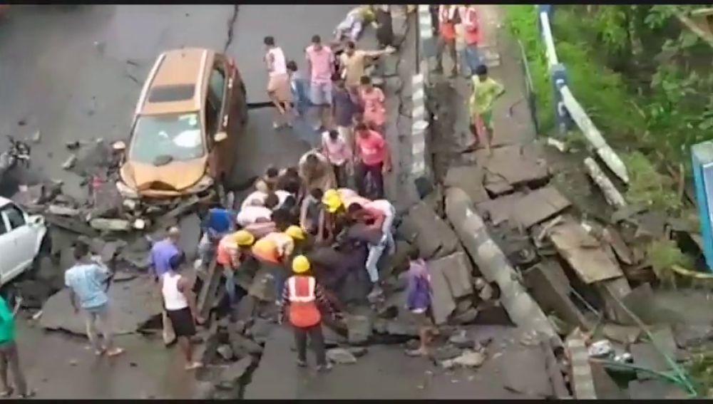 Al menos ocho personas heridas en el derrumbe de un puente en la ciudad india de Calcuta