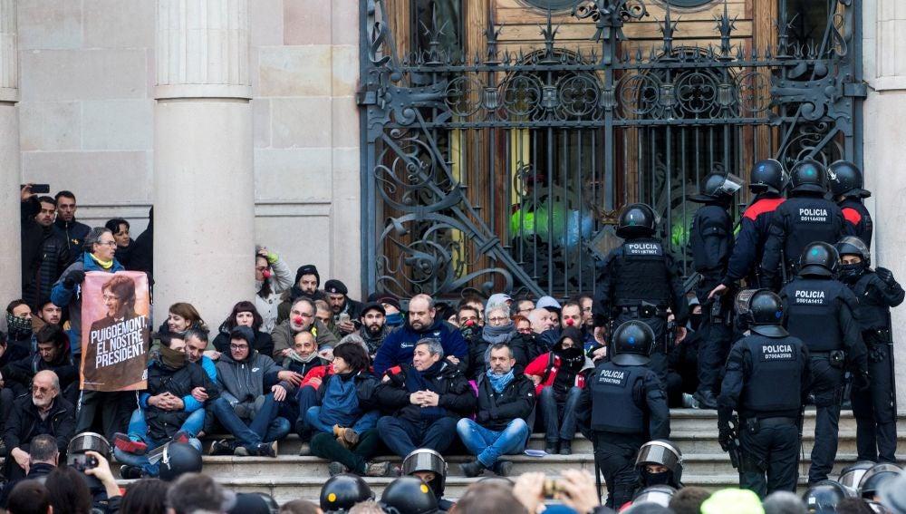 Agentes de los Mossos d'Esquadra desalojan a las decenas de personas concentradas ante el Tribunal Superior de Justicia de Cataluña