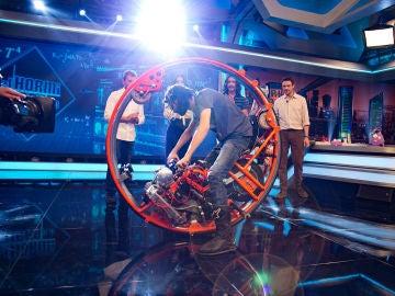 """Olivia Munn y Boyd Holbrook, fascinados con el """"monowheel"""" en 'El Hormiguero 3.0'"""