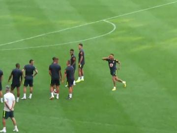 Neymar celebra a lo Cristiano Ronaldo un golazo de falta en un entrenamiento