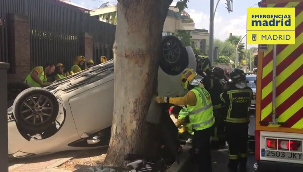 Un coche que huía de la Policía provoca un aparatoso accidente dejando a otra conductora herida