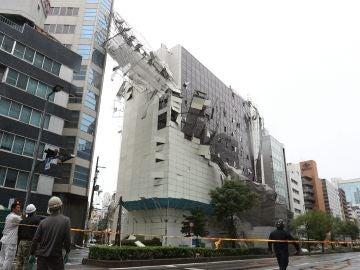 Imagen de los daños en un edificio después de que un andamio cayese como consecuencia de las fuertes rachas de viento por el tifón Jebi