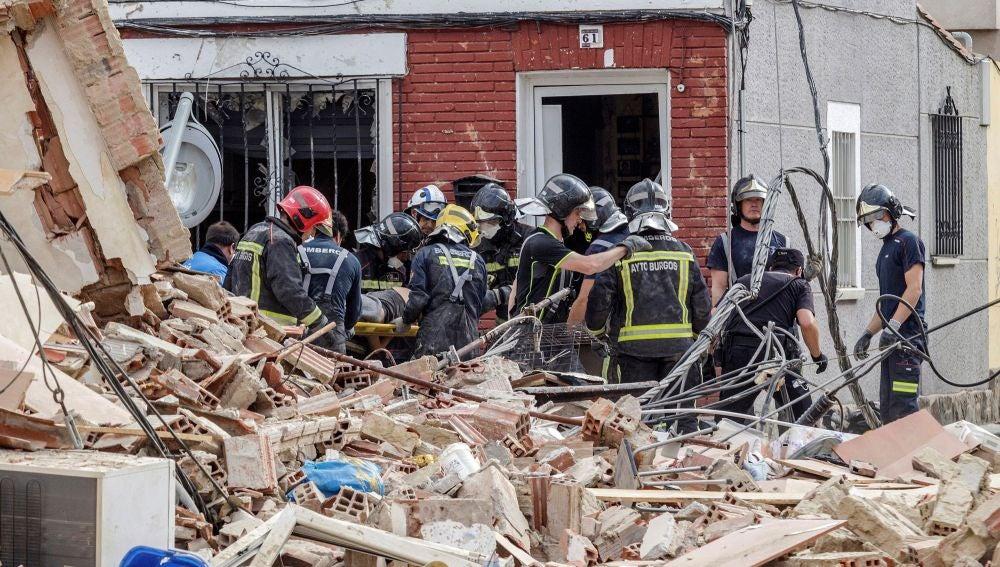 Bomberos de Burgos trasladan a un herido que había quedado sepultado