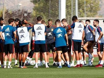 Luis Enrique da una charla a los jugadores de la selección española