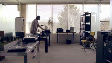 La asistente de Simon pilla a la doctora Foster cotilleando en su despacho