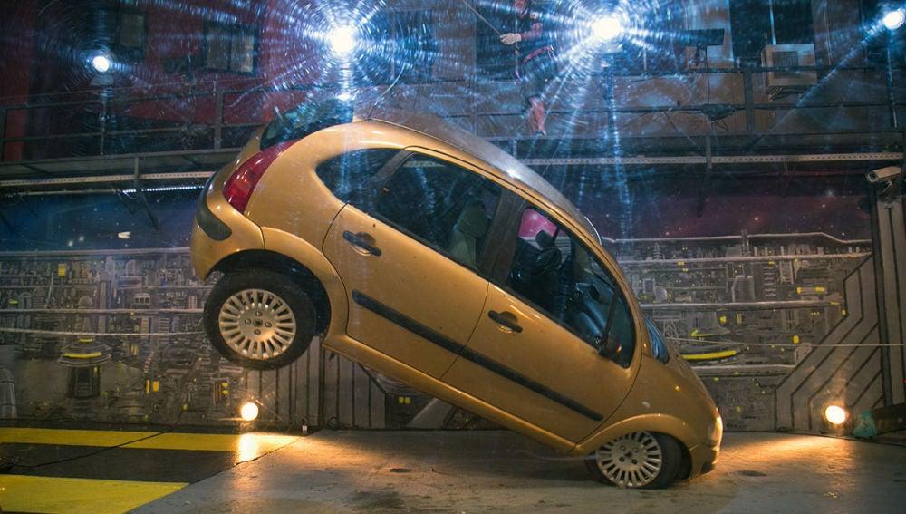 El complicado reto de Marron en 'El Hormiguero 3.0': Colgar un coche en el aire usando solo un cinturón de seguridad